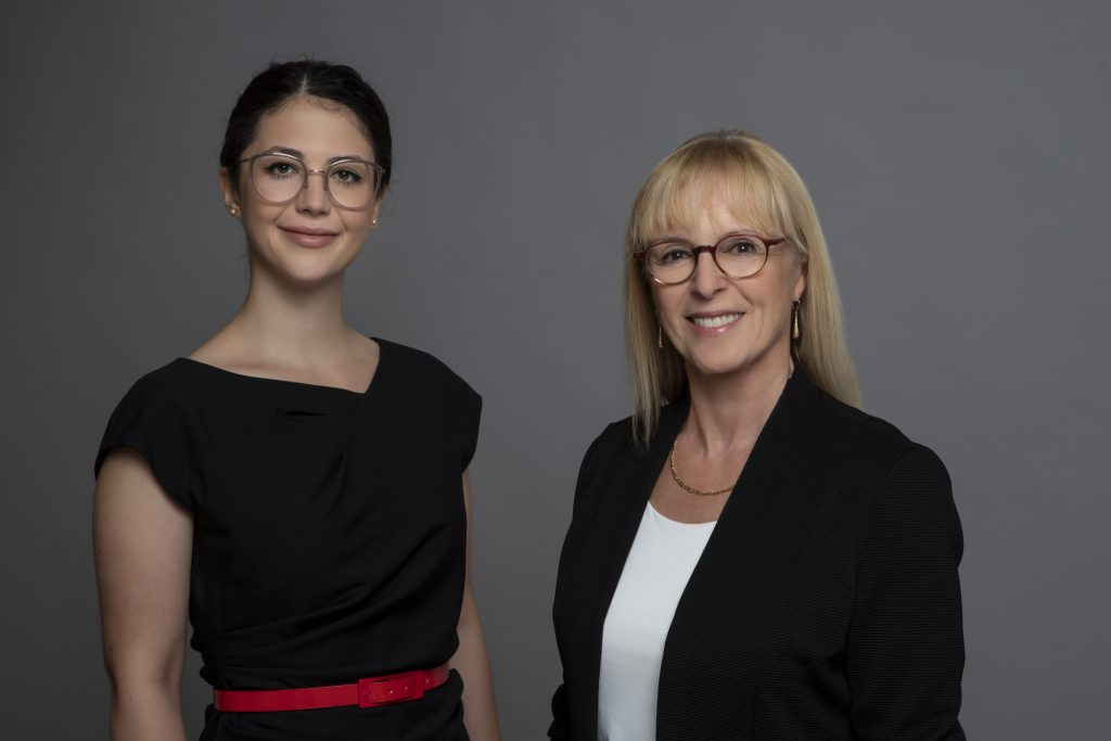 Frau Petrovic und Frau Knieler, die 2 Scheidungsanwälte die sich um sie unterstützen