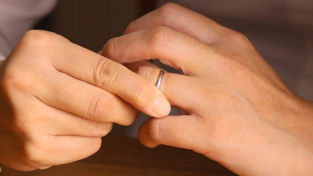 Scheidung - Ring vom Finger nehmen